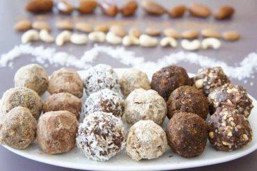 Energiebällchen Rezept mit Datteln und Roh-Kakao